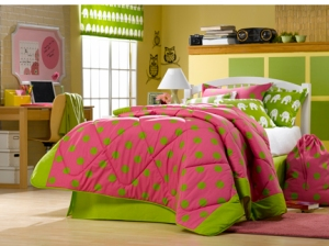 pink dorm, green dorm, hot pink, hot pink and green dorm, pink and green dorm, pink bedding, green bedding, pink and green bedding